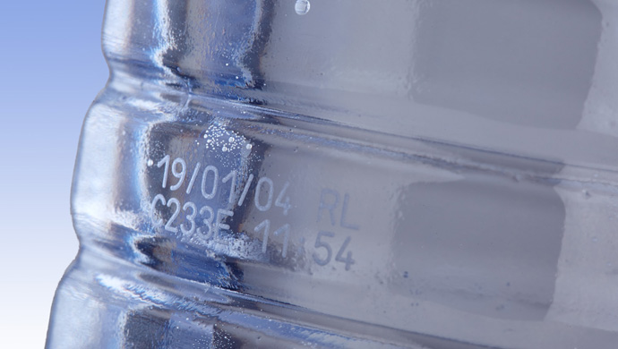 marcatura su bottiglie di acqua data e lotto